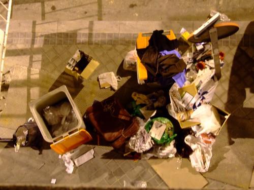 La vida en torno a un cubo de basura II