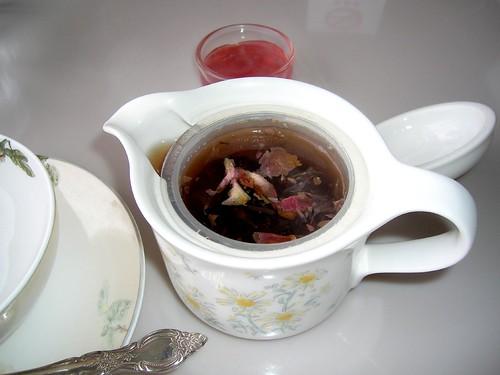 お茶を楽しむ…、施設では、したことがないから、ゆっくりと味わって、お茶をのむことを練習しなければならなかったのよ。
