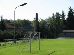 Ragower Fußballplatz mit Storch im Nest auf dem Schornstein