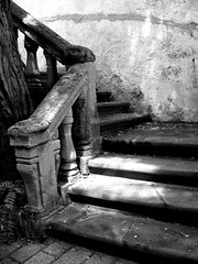 Secret garden b&w (Sysy *) Tags: trip summer italy stairs estate august 2006 agosto gallipoli salento puglia summer2006 estate2006