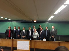 Edgard Hermelino Leite Jr. juntamente com os professores da PUC, posam ao lado dos Profs. Gordillo e Bandeira de Mello ao término do evento Diálogo com o Prof. Agostín Gordillo, no dia 5 de outubro na PUC de São Paulo. O evento foi uma promoção do IBEJI,