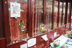 (tugasgm) Tags: family flowers paris france bar french photography freedom photo foto eiffeltower terrorist terror bullet fr francia act urgence droit bataclan terrorisme lecarillon