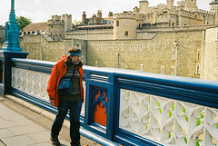 Dude colour-coordinated with the Tower bridge (Claudio Gomboli) Tags: street london film analog 35mm nikon kodak streetphotography filmcamera kodakgold400 nikonl35af2