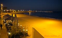Barcelone, bord de mer de Barceloneta (louis.labbez) Tags: sea mer caf table restaurant boat sand lumire terrasse sable playa parasol promenade bateau espagne nuit arbre plage bord catalan barcelone palmier passant catalogne labbez
