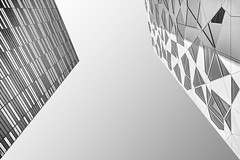 Visavis (Panasonikon) Tags: panasonikon nikond7100 sigma1020 bw architektur oslo modern norwegen gebäude himmel diagonal linien lines weitwinkel
