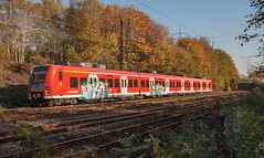 31.10.2005 Gelsenkirchen Alma Strasse. DB 425 mit Graffiti (ruhrpott.sprinter) Tags: railroad orange oktober ice train germany deutschland graffiti track kohle diesel nacht 628 outdoor herbst eisenbahn rail zug cargo gelb 111 locomotive express passenger re sbahn bahn 112 gelsenkirchen ruhr freight s2 metropole 928 152 waggon 232 herbstlaub lokomotive 143 lok 140 290 eisen gleis schienen sprinter ruhrpott 294 gterzug 425 sncb dosto 6487 reisezug rb43 falns ellok messzug almastrasse