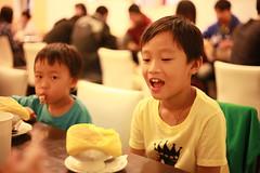 IMG_8967.jpg (小賴賴的相簿) Tags: family kids canon happy 50mm stm 台中 小孩 親子 陽光 chrild 福容飯店 5d2 老樹根 麗寶樂園 anlong77
