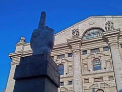 Dito medio - Cattelan - Piazza Affari (Clody73 – Claudia Varisco) Tags: cattelan dito medio piazza affari palazzo mezzanotte