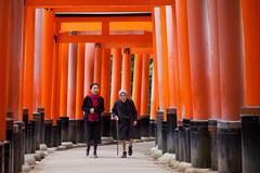 伏見稻荷 (Ming Yam) Tags: japan kyoto fushimi 伏見 稻荷 temple orange 京都 kansai people woman snap canon 100mm ef100mmf2usm f20