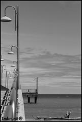 prospettiva di lampione (imma.brunetti) Tags: vastomarina pontile lampioni increspature vento tronco ringhiera ombre nuvole orizzonte cielo onde schiuma rampa assi abruzzo