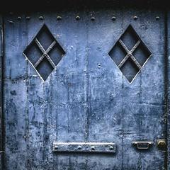 Visages urbains : Camille (Isabelle Gallay) Tags: pareidolie visage face door porte urban urbain city ville street blue bleu colors fuji fujifilm aquitaine gironde