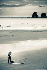 Surfeuse-8883 (tag71) Tags: canon 5dmarkiii 70200mm streetphotography sport océan extérieur atlantique hendaye france amateur noiretblanc nb blackwhite paysbasque paysage mer eau ciel plage