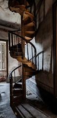 Escalera de caracol (Perurena) Tags: escalera stairs escaleradecaracol madera peldaños abandono decay ruina escombros polvoriento dusty sombras shadows luces lights casa house mansion urbex urbanexplore
