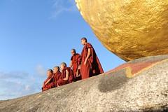 Birmania. Monaci in contemplazione nei pressi della Roccia d' Oro (tardinisalvatore) Tags: myanmar goldenrock preghiera monaci contemplazione birmania rocciadoro viaggioinbirmania