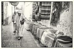 Strolling the Medina (Tom Levold (www.levold.de/photosphere)) Tags: street bw oldman morocco shops medina sw altstadt essaouira marokko geschäfte oldmen altermann läden xt1 altemänner fujixt1