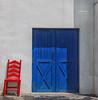 (455/16) Red and blue (Pablo Arias) Tags: pabloarias photoshop nxd españa arquitectura puerta silla azul rojo blue red terranatura parque benidorm alicante comunidadvalenciana