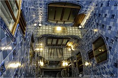 Celobert Casa Batlló. (Barcelona - Catalunya). (Antoni Gallart i Vilarrasa) Tags: lumix patio luces celobert lights batlló casa house barcelona catalonia catalunya cataluña blau finestres ventanas windows llums azul blue balcons balcones balconies terraces terrasses terrazas agallart antoni gaudí