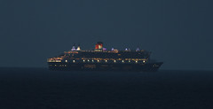 Queen Mary II (vic_206) Tags: sea night lights luces noche mar barco ship madeira queenmary2 canoneos7d canon300f4liscanon14xii