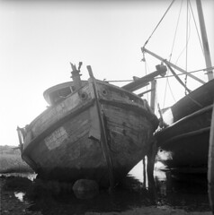 102359 05 (ndpa / s. lundeen, archivist) Tags: nick dewolf nickdewolf october bw blackwhite photographbynickdewolf 1959 1950s film 6x6 mediumformat monochrome blackandwhite capecod mass massachusetts boat oldboat boats oldboats fishingboat fishingboats old beached mast weathered abandoned beach water ropes cables sign keepoff privateproperty