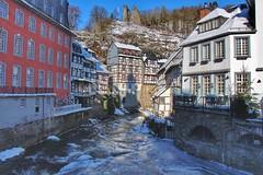 Monschau - Fachwerkhäuser an der Rur mit Blick auf den Haller (Haeppi) Tags: monschau rur fachwerk