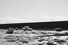 (-Kj.) Tags: bw wall boat sand brittany bretagne lowtide mole saintmalo breakwater