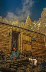 Retour des Cimes (Frédéric Fossard) Tags: grain texture montagne nature refuge charpoua cime crête nuage ciel alpinisme alpiniste hautemontagne alpes massifdumontblanc hautesavoie cabane abri bivouac rocher refugedelacharpoua altitude repos art surréaliste granite