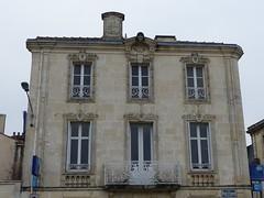 Saint-Jean-d'Angély, Charente-Maritime (Marie-Hélène Cingal) Tags: france sudouest charentemaritime 17 poitoucharentes nouvelleaquitaine saintjeand'angély fenêtres windows finestre ventanas balcon balcony fer iron