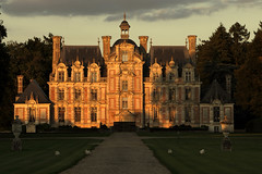 Quand la nuit tombe (Catherine Reznitchenko) Tags: architecture castle château france normandie normandy beaumesnil beautiful building clouds dusk sunset light lumière night nuit animaux poules hens jardin garden soleil sun old ancien ancient pierre architectural nuages green vert historic histoire history eure 27 canon canonfrance extérieur outdoors patrimoine unlimitedphotos architectureinpixels worldofarchitecture travelplanet wow 3000v120f famousbuilding diamondclassphotographer flickrdiamond historicbuildings oldandbeautiful châteaudebeaumesnil