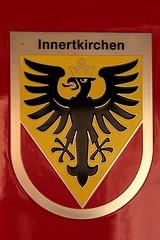 Gemeindewappen - Wappen der Gemeinde Innertkirchen am Meiringen - Innertkirchen - Bahn MIB Triebwagen Be 4/4 Nr. 8 ( Baujahr 1996 - Hersteller Stadler Rail ) am Bahnhof Innertkirchen im Haslital im Berner Oberland im Kanton Bern der Schweiz (chrchr_75) Tags: chriguhurnibluemailch christoph hurni chrchr chrchr75 chrigu chriguhurni november 2015 albumzzz1511november hurni151105 albumbahnenderschweiz2015712 eisenbahn bahn schweizer bahnen albumbahnmibmeiringeninnertkirchenbahn mib meiringen innertkirchen kantonbern kanton bern berner oberland albumbahnenderschweiz zug train juna zoug trainen tog tren  lokomotive  locomotora lok lokomotiv locomotief locomotiva locomotive railway rautatie chemin de fer ferrovia  spoorweg  centralstation ferroviaria