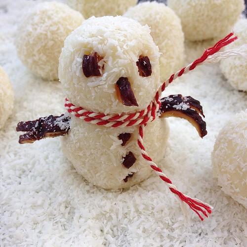 Brrrrrrr... Está frio. Mais logo temos post no blog com estas trufas de chocolate branco e coco que se fazem em três tempos.