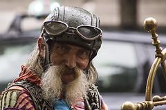 PARIGI. L'ACCHIAPPATURISTI. (FRANCO600D) Tags: parigi ritratto personaggio macchietta eccentrico anziano vecchio maschera aviatore rughe barba barbuto sguardo canon eos600d sigma franco600d
