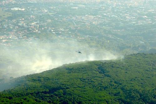 Elicottero in azione su incendio