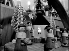 Singers - Seiffen (Andr-DD) Tags: christmas wood church germany weihnachten woodwork saxony decoration kirche christmasdecorations sachsen singer singers holz handcraft handwerk weihnachtsschmuck schwibbogen snger flyingbuttress seiffen kunsthandwerk holzarbeit seiffenerkirche