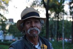Stranger 3/100: Héctor, the photographer. (Martino Hesse Dosto) Tags: park parque portrait méxico canon mexicocity photographer retrato central oldman anciano alameda fotógrafo ciudaddeméxico