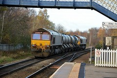 66035 framed by the footbridge at Mexborough passes through with a Doncaster Belmont to Toton, 25th Nov 2015. (Dave Wragg) Tags: railway loco locomotive class66 ews mexborough rhtt 66035