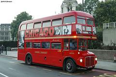 London Classic (Gabriel Bermejo Muñoz) Tags: london londres bus autobus street calle red rojo gabrielbermejomuñoz europa europe simbolo symbol clasico classic icono icon travel luz light composition composicion composición color colour colourful colorful colorido chicago