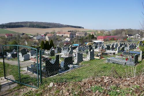 Cmentarz w Stolcu z góry z widokiem na Górę Wapienną