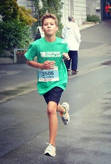 Severin (Cavabienmerci) Tags: boy sports boys sport youth race children schweiz switzerland  child suisse earring running run runners thun earrings pied runner lufer lauf 2015 coureur thuner coureurs stadlauft