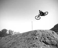 Lewis - Duverbike (Sarah Thuault-Ney) Tags: canon fly jump ride noiretblanc dirt rider bosses vlo millau duverbike