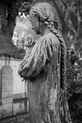 Pere Lachaise Cemetery (michael_hamburg69) Tags: sculpture friedhof paris france girl cemetery female frankreich pray praying cementerio skulptur kneeling mdchen prelachaise cimetire beten knien gottesacker kniend photowalkwithaddadada camposato weekendwithjoseph