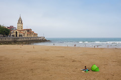 Playa de San Lorenzo (Adrin Nieto Rodrguez) Tags: blue summer sky espaa verde green beach clouds de san mayor gijn asturias playa tent pedro lorenzo cielo nubes verano parroquia xixn apstol