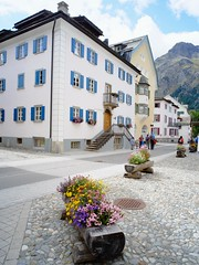 street view (Riex) Tags: street house flores building architecture fleurs schweiz switzerland suisse cosina voigtlander wideangle flowerbed adapter fujifilm svizzera maison rue 15mm faade batiment swh engadine heliar graubnden grisons superwideheliar silsmaria xm1 graubunden mmount xtrans superheliar supergrandangle silssegl engadinoise lacuntainta