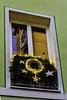 Decorated for Christmas (Kat-i) Tags: regensburg bayern deutschland fenster window weihnachten christmas spiegelungen reflections dekoration decoration nikon1v1 kati katharina 2016