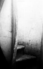 Dozza, porta. Primo gennaio 2014, Trix @400 iso (simone_raf) Tags: door blackandwhite italy white black muro blancoynegro film monochrome wall stairs darkroom vintage ventana mono photo blackwhite italia you kodak o voigtlander bessa trix ombra rangefinder escalera emilia negative e porta scala walls pushed today inverno natale bianco antico nero capodanno biancoenero 400asa emiliaromagna filmgrain 400iso romagna kodakfilm bessar2 grana imola contrasto blackandwhitephotos dozza monocromatico cameraoscura filmphoto blackewhite multigrade telemetro highsensibility darkroomtecnique blackwhitepassionaward roccadidozza filmnomegapixel