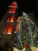 Een grote kerstboom op de Handschoenmarkt aan de voet van de rood en wit versierde kathedraal van Antwerpen (Koen Meessens) Tags: winter feest licht schelde centrum antwerpen oude stad kerstmis reuzenrad vuur plezier straten eindejaar koude kathedraalvanantwerpen