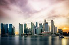 Singapur Skyline (Oliver H16) Tags: singapur asien nikon d7000 wolken wasser city nachtaufnahme nightshot langzeitbelichtung night longexposure skyline chinatown downtown panorama singapurflyer singaporeflyer marinabaysands helixbrücke gardensbythebay esplanade sunteccity