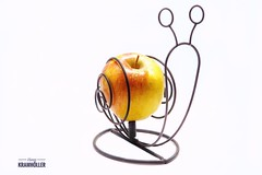 Apfelhalter / Rosenmontag Langeweile . A6500 Sigma 30mm 1.4 . Weißes Papier als Hintergrund , jpeg , am Ipad bearbeitet. (hanskramhoeller) Tags: snapseed sony a6500 sigma 30mm 14 moers apfel halter alpha fun schnecke