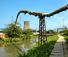 Chengdu power plant and a strange pipeline (Pat Rioux) Tags: china chimney plant power pollution chengdu sichuan