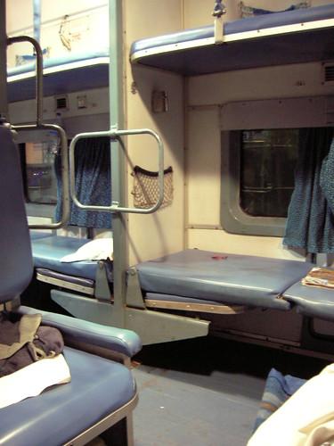 Wnętrze indyjskiego wagonu klasy AC-Two tier (2A)