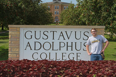 IMG_0262.jpg (Gustavus Adolphus College) Tags: old family sign student day main move oldmain movein firstyear moveinday 201204 20150904